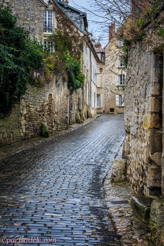senlis medieval france cobbled streets
