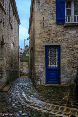 senlis cottage cobbled street