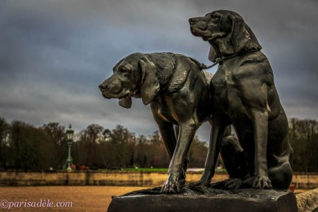 sculpture dogs chateau chantilly castle